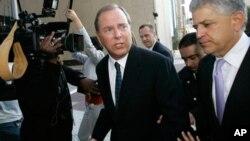 安然公司前首席執行官杰夫瑞.斯基林(左)於2006年被判刑後離開法庭。(資料圖片)