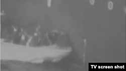 미군이 이란의 유조선 공격을 입증하는 내용이라며 13일 공개한 영상. 미군 항공기가 촬영했으며, 이란 혁명수비대가 피격 선박에서 불발탄을 수거하는 모습이 담겼다는 주장이다.