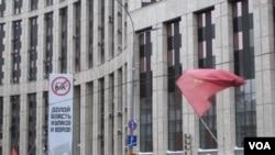 """2011年底莫斯科反政府示威中的主要口號,""""打倒騙子和小偷政權""""。熊是""""統一俄羅斯黨""""的標誌。"""