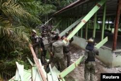 Anggota Pertahanan Sipil membongkar gereje di Desa Siompin, Aceh Singkil, Provinsi Aceh, 19 Oktober 2015. (Foto: Reuters)