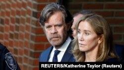 Osuđena glumica Felisiti Hafman i njen suprug Vilijem Mejsi na prilikom izlaska iz bostonskog suda (Foto: REUTERS/Katherine Taylor)