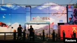 Sejumlah penjaga keamanan berjaga di gerbang pusat pelatihan kejuruan di Kabupaten Huocheng, di Wilayah Otonomi Xinjiang Uighur, di China, 3 September 2018.