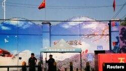 Sejumlah petugas menjaga pintu gerbang pusat pelatihan kejuruan di Huocheng Countu, di Wilayah Otonomi Xinjiang Uighur, 3 September 2018.