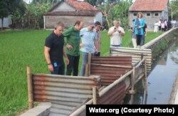 "Matt Damon memeriksa sarana sanitasi ""jamban helikopter"" di Desa Denasri Kulon, Batang, Jawa Tengah, 4 Juli 2018. (Foto: Water.org)."