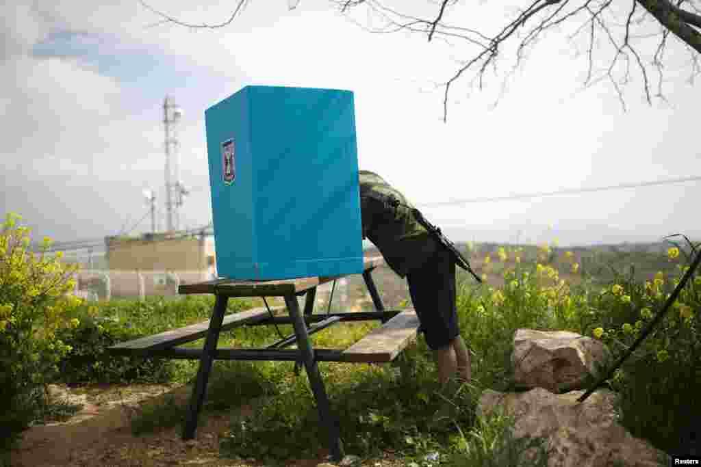 İsrail əsgərləri İordaniyanın Qərb sahilində parlament seçkilərinə səs verir