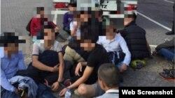 Một bức ảnh đăng trên một tài khoản Twitter của cảnh sát địa phương cho thấy một nhóm người trẻ tuổi ngồi bệt dưới đất đằng sau chiếc xe tại một trạm xăng.