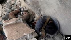 Cuerpos de militantes del autodenominado Estado islámico se encuentran bajo los escombros en uno de sus cuarteles generales, destruidos después de la lucha entre las fuerzas de seguridad iraquíes y los militantes del EI.