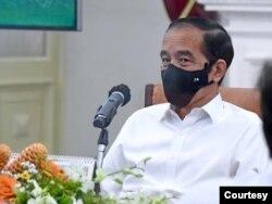 Dalam rapat terbatas di Istana Merdeka, Jakarta, Senin (26/10) Presiden Jokowi mengklaim pemerintah tidak gegabah terkait vaksin COVID-19 (Setpres RI)