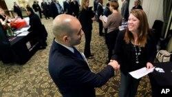 Feria de trabajo en Rhode Island: el desempleo se redujo a 7.5% en abril.