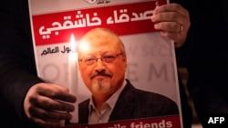 Протестувальник з плакатом, на якому зображено портрет журналыста Джамала Хашокджі