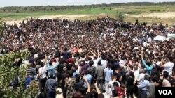 تصویر ارسالی بابک از تشییع جنازه آتنا اصلانی در پارس آباد