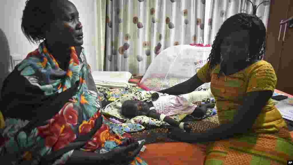Nyalou Thong, bébé de 13 mois, est parmi les deux rescapés du crash d'un Antonov survenu à Juba, Soudan du Sud, 5 novembre 2015. (AP Photo/Jason Patinkin)