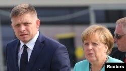 앙겔라 메르켈(오른쪽) 독일 총리와 로베르트 피코 슬로바키아 총리가 16일 슬로바키아 수도 브라티슬라바의 유럽연합 정상회의 현장에 도착하고 있다.