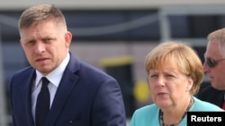Kanselir Jerman Angela Merkel bersama Perdana Menteri Slovakia Robert Fico di Bratislava (16/9). (Reuters/Yves Herman)