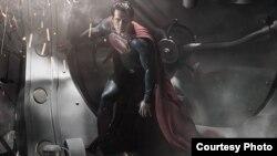 """Henri Kavil kao Supermen u """"Čoveku od čelika"""" (Warner Bros.)"""