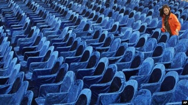 Tình nguyện viên sắp xếp ghế cho lễ khai mạc Liên hoan Phim Quốc tế Busan tại Busan, Hàn Quốc, 4/10/2012