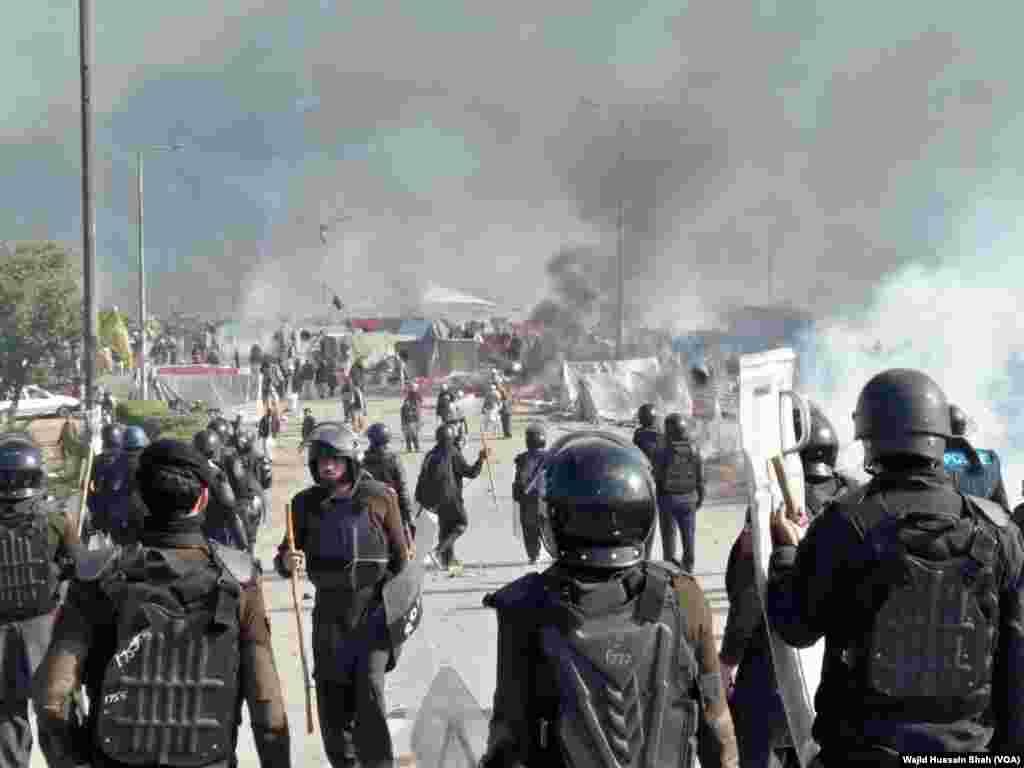 اسلام آباد انتظامیہ نے فیض آباد پر تحریک لیبک کے گزشتہ بیس سے روز جاری دھرنے کے خلاف ہفتہ کی صبح آپریشن شروع کیا۔