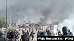 گزشتہ سال فیض آباد کے مقام پر ہونے والے دھرنے کے شرکا کے خلاف پولیس آپریشن کا ایک منظر (فآئل فوٹو)