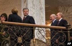 德国总理默克尔(左一)、乌克兰总统波罗申科(左二)、白俄罗斯总统卢卡申科(右二)和俄罗斯总统普京(右一)步入在明斯克举行的和平谈判。