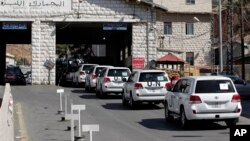 Ðoàn xe của các thanh sát viên của Tổ chức Cấm Vũ khí hóa học băng biên giới vào Syria.