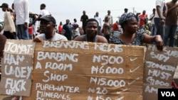 Warga Langos, Nigeria, berunjuk rasa menentang kenaikan harga yang membumbung, menyusul dicabutnya subsidi BBM oleh pemerintah (Foto: dok).