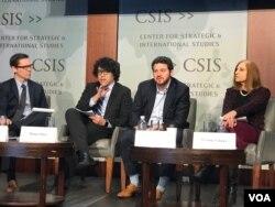 台灣研究假信息專家沈伯洋(左2)與美國研究員莫楠(左3)2020年2月11日在戰略與研究中心討論中國干預台灣選舉的假信息活動(美國之音鍾辰芳拍攝)