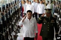 Prezident Rodrigo Duterte harbiylar bilan