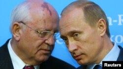 Экс-президент СССР Михаил Горбачев и Президент России Владимир Путин. Архивное фото 2004г.