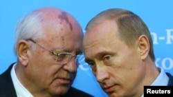 俄罗斯总统普京与前苏联领袖戈巴乔夫商议