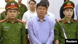Cựu Ủy viên Bộ Chính trị và cựu chủ tịch tập đoàn dầu khí PetroVietnam Đinh La Thăng nghe cáo trạng của tòa hôm 29/3. Ông Thăng bị tuyên án 18 tháng tù trong lần xử thứ 2 trong năm nay.