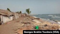 Le village de Lahou Kpanda, menacé par les eaux, en Côte d'Ivoire, le 24 janvier 2019. (VOA/Georges Ibrahim Tounkara)