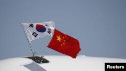 在北京的首都国际机场上的韩国总统专机上飘扬着中国和韩国国旗(2015年9月2日)