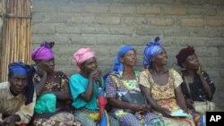 Wanawake Kivu Kusini wakisubiri huduma za matibabu. Sehemu nyingi za DRC wanawake wanakabiliwa na hatari ya kubakwa.