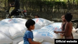 ကုလသမဂၢစားနပ္ရိကၡာအစီအစဥ္ WFP က ေရးေဘးသင့္ျပည္သူေတြအတြက္ ေထာက္ပံ့ေပးေနတဲ့ ရိကၡာပစၥည္းေတြကို မေကြးတုိင္းေဒသႀကီးအတြင္း၊ ေရစႀကိဳၿမိဳ႕နယ္စု၊ ပခန္းႀကီးၿမိဳ႕မွာေတြ႔ရစဥ္။ (ဓာတ္ပံု-WFP)