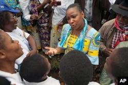 Primeira dama congolesa, Olive Lembe Kabila (ao centro), durante uma marcha pelos direitos das mulheres.