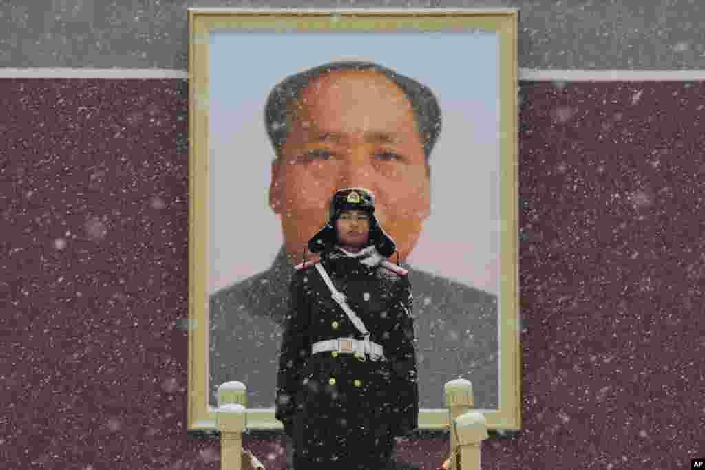 اسوشیتدپرس عکس هایی از زندگی روز مره در پکن منتشر کرده است. در این عکس یک نیروی گارد در هوای برفی مقابل عکسی از «مائو تسهتونگ» رهبر سابق چین ایستاده است.