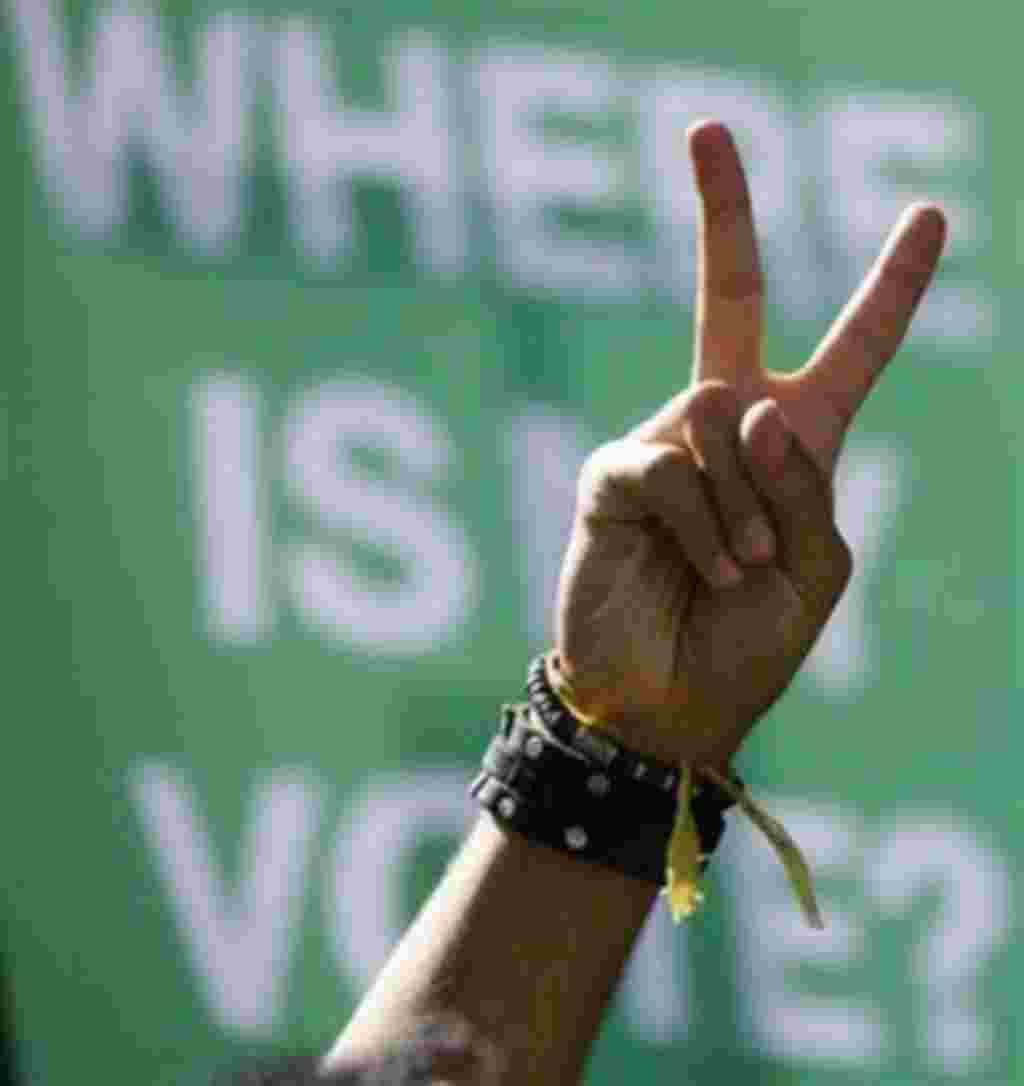 Ein in Deutschland lebender Iraner zeigt am Mittwoch, 17. Juni 2009, in Berlin auf einer Demonstration gegen das Ergebnis der Praesidentschaftswahlen in Iran mit seiner Hand das Victory Zeichen. (AP Photo/Markus Schreiber) --- An Iranian student living i