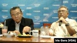 Mantan Wakil Ketua KPK, Bibit Samad Rianto (kiri) dan Pengamat Hukum UI, Chudry Sitompul (kanan) dalam diskusi mengenai Polri dan KPK di Jakarta, Sabtu, 24 Januari 2015 (Foto: VOA/Iris Gera).