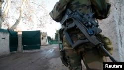 سرباز مسلح فرانسوی در کنار در وروی مدرسه یهودی در مارسی- ژانویه ۲۰۱۶