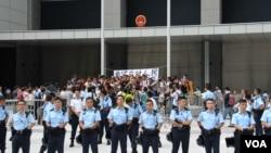 警方準備在公民廣場清場前堅守的學生和市民高呼口號(美國之音圖片/海彥拍攝)