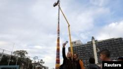 Beberapa pengunjung berswafoto di samping menara setinggi 36 meter sebagai upaya memecahkan rekor Guiness World untuk bangunan dari balok, di Tel Aviv, Israel, 27 Desember 2017.