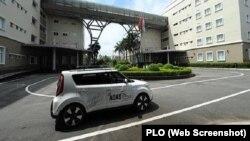 Xe tự hành của FPT chạy thử nghiệm trong khuôn viên Khu Công nghiệp cao TPHCM.