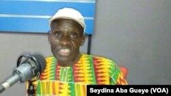 Abdoulaye Diaw, chroniqueur sportif, Dakar, samedi 29 octobre 2017. (VOA/Seydina Aba Gueye)