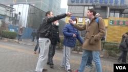 Cảnh sát Trung Quốc ẩu đả với các phóng viên tại phiên xử luật sư nhân quyền tại Bắc Kinh, ngày 14/12/2015 (Ảnh do phóng viên VOA Bill Ide chụp)