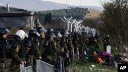 د یونان پولیسو نن سلهاو افغان پناه غوښتونکي د مقدونیا له پولې څخه په آتن کې پوځي کمپ ته انتقال کړل