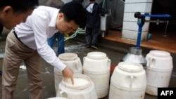 Nhân viên Trung Quốc kiểm tra chất lượng sữa