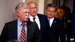 جان بولتون مشاور امنیت ملی رئیس جمهوری آمریکا و مدیران نهادهای اطلاعاتی در حال ورود به نشست خبری کاخ سفید - ۱۱ مرداد ۱۳۹۷