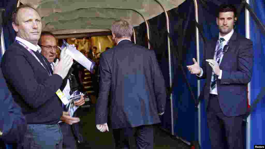 Manchester United manager Alex Ferguson walks down the tunnel for the last time after their English Premier League soccer match against West Bromwich Albion, May 19, 2013.