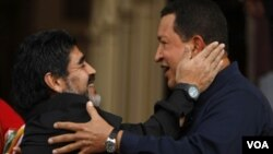 Presiden Venezuela Hugo Chavez mendapat kunjungan dari mantan bintang Argentina, Diego Armando Maradona di Caracas (23/7).