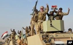 Las fuerzas de seguridad iraquíes avanzan a Rawah, al noroeste de Bagdad, Irak, el 17 de noviembre de 2017. Las fuerzas iraquíes respaldadas por la coalición liderada por EE.UU. retomaron la última ciudad del país que estaba en manos del grupo Estado Islámico.